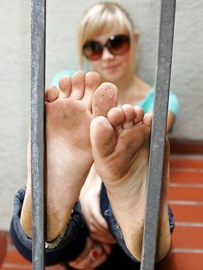Etudiante aux pieds très sales recherche un lavage appliqué du bout de langue
