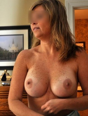 Femme expérimentée qui aime le sexe sans tabous pour travesti et couples