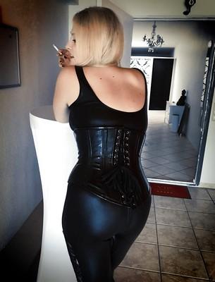Ménagère de 24 ans, sexy et en cuir réalise tous vos fantasmes pour h et couple