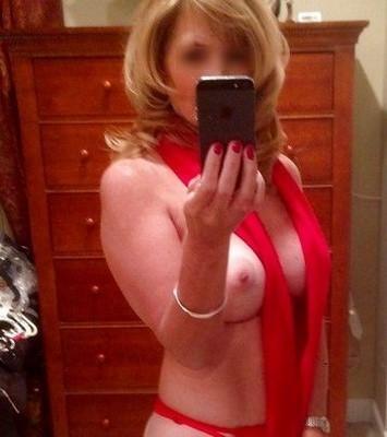 Sexy coquine célibataire s'exhibe au bureau en soirée
