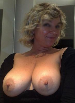 Soumise blonde sans tabou pour dressage hard