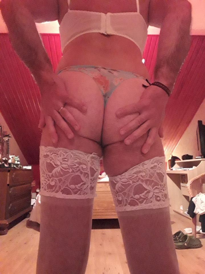 Trav reçoit toujours en dessous sexy ou de pute (pisse, sperme, bondage...)